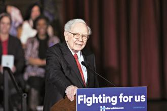 A decade ago, Warren Buffett endorsed inexpensive passive-index investing over expensive and active hedge-fund management. Photo: Bloomberg