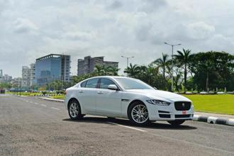 You can drive hard and even hold on to the gear at the 4,900 rpm limiter in manual mode in Jaguar XE 20d Prestige.