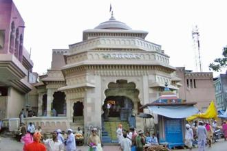 One of the entrances of the Vitthal temple in Pandharpur, in front of which is the blue Chokhamela memorial. Photo: Wikimedia Commons