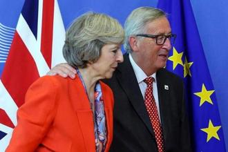 British Prime Minister Theresa May (L) is welcomed by European Commission President Jean-Claude Juncker at the EC headquarters in Brussels. Photo: Reuters