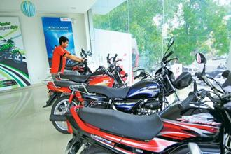 The Karnataka government order is set to impact most of the two-wheeler firms that sell models powered by sub-100cc engines.  Photo: Ramesh Pathania/Mint