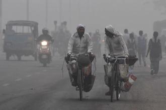 Indian commuters amid heavy smog in New Delhi on Tuesday. AFP