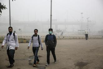 Delhiites are a beleaguered lot and a degree of resignation characterizes the popular response to this health crisis. Photo: Bloomberg