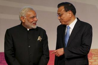 Prime Minister Narendra Modi speaks to Chinese Premier Li Keqiang following a photo session for the East Asia Summit in Manila, Philippines, on Tuesday. Photo: AP