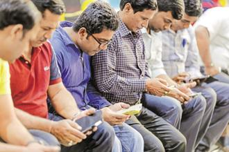 A third of Indian viewers say they prioritized a movie or TV show on their smartphones over conversation with someone nearby. Photo: Bloomberg