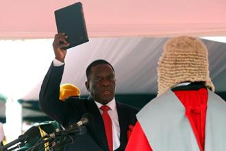 Emmerson Mnangagwa is sworn in as Zimbabwe's president in Harare, Zimbabwe, November 24, 2017. Photo: Reuters
