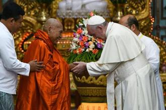 Pope Francis attends a meeting with Bhaddanta Kumarabhivasma in Yangon on 29 November. Photo: AFP