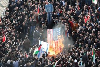 Demonstrators set US and Israeli flags on fire during a protest against Donald Trump's recognition of Jerusalem as Israel's capital, in Istanbul. Photo: Reuters