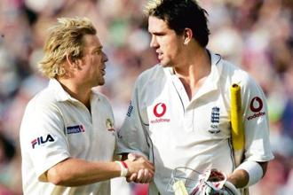 Shane Warne of Australia (left) congratulates England's Kevin Pietersen. Photo: Getty Images