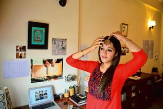 Author Aanchal Malhotra poses with her grandmother's 'maang tikka. Ramesh Pathania/Mint