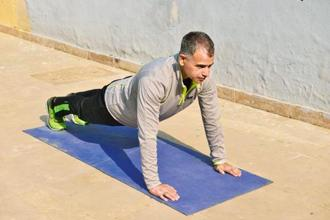 Running coach Ravinder Singh suggests doing body weight exercises during winter. Photo: Pradeep Gaur/Mint