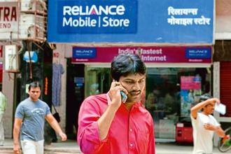 RCom will also have to issue public notice in newspapers regarding extension of the validity of such codes and options available to subscribers to port their mobile numbers to other service providers of their choice till 31 January. Photo: Bloomberg