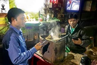Suraj (right), a tea stall owner in Delhi, did 10-15 transactions using Paytm every day after the note ban. Today, the number has gone down and he accepts Paytm only if a customer doesn't have change. Photo: Sunny Sen/Factordaily