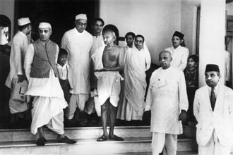 Mahatma Gandhi waiting for a car outside Bifla House, Bombay (now Mumbai), on his return from Rajkot. Pandit Jawaharlal Nehru (left) and Vallabhbhai Patel (right) are also seen. Photo: Getty Images