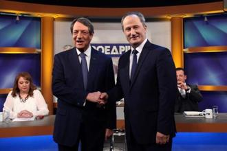 Cyprus Presidential candidate Nicos Anastasiades of the right wing Democratic Rally party (L) shakes hands with left-wing backed independent Stavros Malas. Photo: Reuters