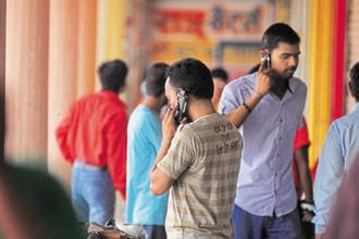 The number of telephone subscribers in India increased from 1,185.88 million at the end of November 2017 to 1,190.67 million at the end of December 2017, thereby showing a monthly growth rate of 0.4%. Photo: Pradeep Gaur/Mint