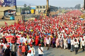 Farmers of All Indian Kisan Sabha (AIKS) march from Nashik to Mumbai to gherao Vidhan Bhawan in Mumbai on Monday, demanding a loan waiver. PTI