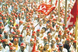 This Sunday, some 40,000 farmers and tribals marched into Mumbai to confront the Maharashtra administration and demand agricultural reforms and relief measures. Photo: PTI