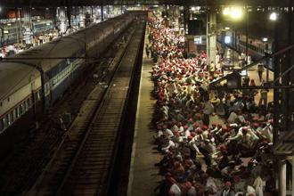 Farmers wait on a railway platform to return to Nashik as special train was arranged to take them back home on Monday after the Maharashtra government agreed to fulfill most of their demands. Photo: PTI.