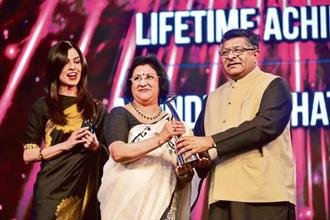 Former SBI chairman Arundhati Bhattacharya (centre) at the CNBC-TV18 India Business Leader Awards 2018. Photo: Pradeep Gaur/Mint