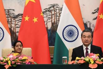 Indian foreign minister Sushma Swaraj (left) and Chinese foreign minister Wang Yi hold during a conference in Beijing, 22 April 2018. Photo: Reuters