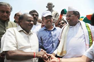 JD(S) president H.D. Kumaraswamy with Congress's Siddaramaiah during a dharna near Vidhan Soudha in Bengaluru on 17 May. Photo: PTI