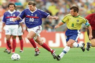 France's Zinedine Zidane (centre) takes the ball forward against Brazil during the final of the 1998 Fifa World Cup at the Stade de France. Photo: AFP