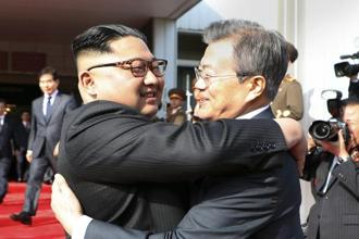 North Korean leader Kim Jong Un (left) and South Korean President Moon Jae-in embrace each other after their meeting at the northern side of the Panmunjom in North Korea on 26 May 2018. Photo: AP