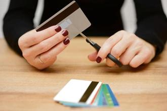 Many people believe that just stopping the use of the card or just cutting it into pieces is enough to close the account. Photo: iStock