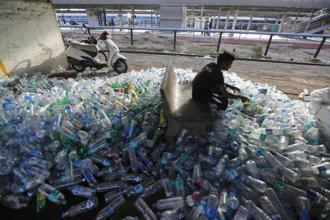 Reliance on the informal sector for managing our plastic waste will not yield results. Photo: AP