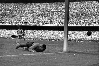 Moacyr Barbosa concedes Alcides Ghiggia's goal. Photo: Getty Images