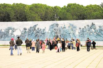 Visitors at the Çanakkale Martyrs' Memorial. Photo: Alamy