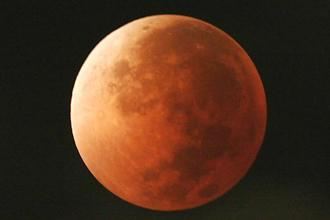 The earlier long duration total lunar eclipse had occurred on 15 June 2011, which lasted for 1 hour 40 minutes. Photo: AP