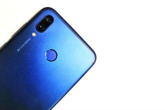 The Honor Play features a matte finish on the back.
