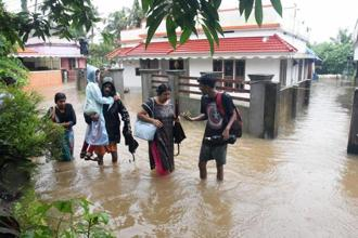The continuing of rains on Thursday morning submerged towns such as Aluva and Muvattupuzha on the suburbs of Kochi, according to reports. Photo: AP