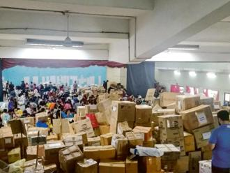 The goods move like in a factory, because of the efforts of the hundreds of volunteers.