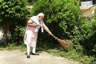 Prime Minister Narendra Modi undertakes a cleanliness drive under 'Swachhta Hi Sewa' campaign in the premises of Baba Sahib Ambedkar Higher Secondary School at Paharganj, in New Delhi, Saturday on 15 September. Photo: AP