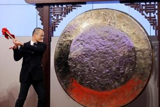 Wang Xing, co-founder, of China's Meituan Dianping hits the gong during the debut of the company at the Hong Kong Exchange, on 20 September. Photo: Reuters
