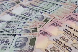 So far this year, the rupee has declined 14%, while foreign investors have sold $3.58 billion and $7.55 billion in the equity and debt markets, respectively. Photo: HT