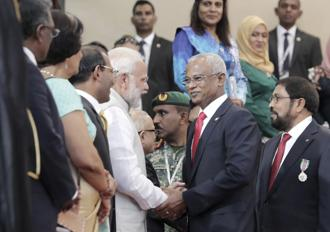Indian Prime Minister Narendra Modi, center left, congratulates Maldives' new President Ibrahim Mohamed Solih after his swearing-in ceremony in Male, Maldives. Photo: AP