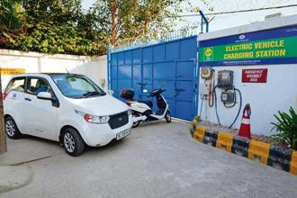 Direct subsidy to customers is unlikely to feature in NITI Aayog's plan as it plans to promote lithium-ion batteries. Photo: Pradeep Gaur/Mint