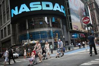 Thursday alone brought the biggest reversal for the Nasdaq 100 Index since April, a swing of almost 3% amid relatively little news. Photo: Bloomberg