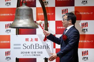 SoftBank Corp. President and CEO Ken Miyauchi rings a bell during a ceremony to mark the company's debut on the Tokyo Stock Exchange in Tokyo, Japan December 19. Photo: Reuters