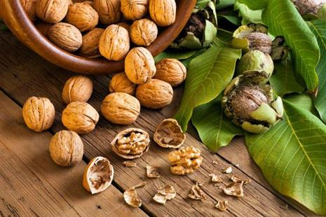 Walnuts contains polyunsaturated fat and alpha-linolenic acid—a plant-derived form of omega-3 fatty acids. Photo: iStockphoto