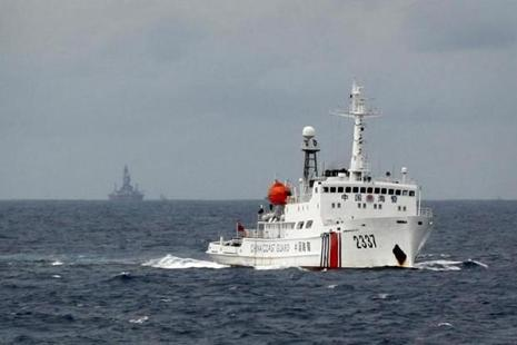 A file photo shows a Chinese Coast Guard vessel passing near the Chinese oil rig Haiyang Shi You 981 in the South China Sea. Photo: Reuters
