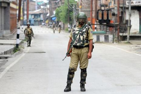 An Indian soldier stands guard during curfew in Srinagar on 26 August. Photo: AFP