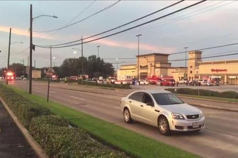This video frame grab obtained on 26 September 2016 courtesy of KHOU TV in Houston,Texas shows emergency vehicles at the scene of a shooting. Photo: AFP / KHOU TV