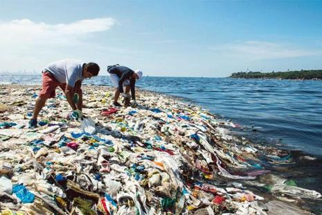 Volunteers pick up plastic at Versova Jetty. Photographs: Aniruddha Chowdhury/Mint