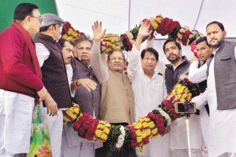 RLD supremo Ajit Singh with JD(U) president Sharad Yadav during Kisan rally in Baldev, near Mathura on Thursday. Photo: PTI