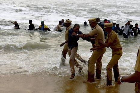 Chennai Police try to evict pro-jallikattu protesters from the Marina Beach in Chennai on Monday. Photo: PTI